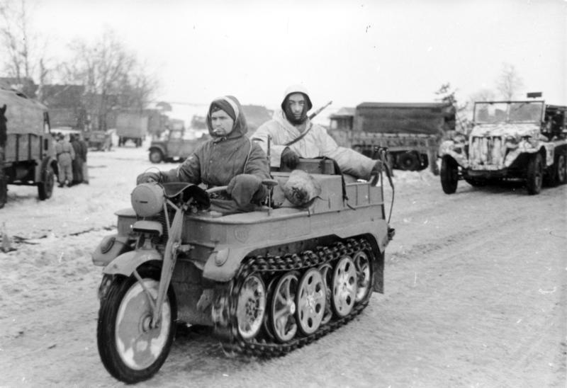 Bundesarchiv_Bild_101I-725-0184-22%2C_Russland%2C_Soldaten_auf_Kettenkrad.jpg